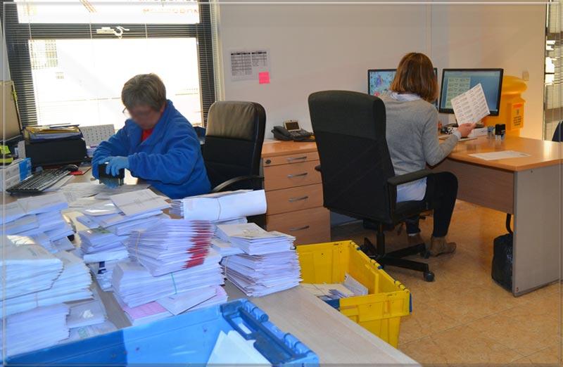 trabajadoras en oficina de correos